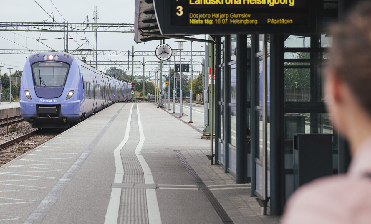 Inkommande Pågatåg på perrong 3 vid Kävlinge station.